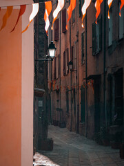 Tuinposter Smal steegje Narrow Alley Amidst Buildings In City