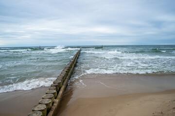 drewniany falochron na Bałtyckiej plaży