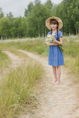 Photo sur Plexiglas Doux monstres summer portrait of adorable girl with chamomiles bunch