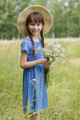 Photo sur Plexiglas Doux monstres Amazing smiling girl with bouquet of flowers on the field