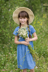 Photo sur Toile Doux monstres Amazing smiling girl in a hat with bouquet of flowers