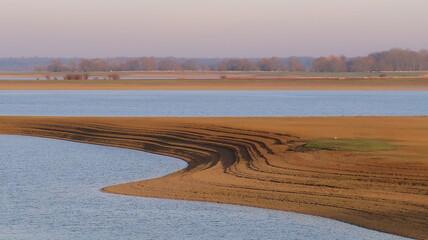 Lac du Der Chantecoq en Champagne Ardenne dans la région Grand Est, paysage avec un banc de sable dans le marécage (France)