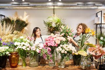 Foto op Canvas Struisvogel Floristen Team mit vielen bunten Blumen