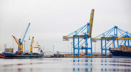 Grues portuaires