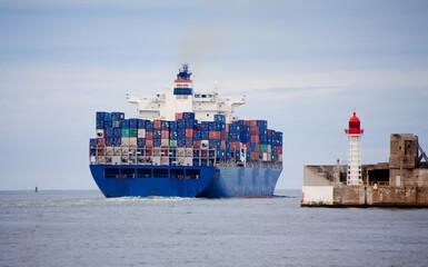 Porte-conteneurs quittant le port