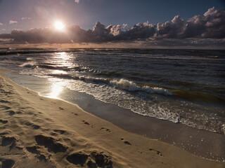 Ustaka - morze ślady na plaży