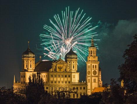 Feuerwerk über dem Rathaus in Augsburg