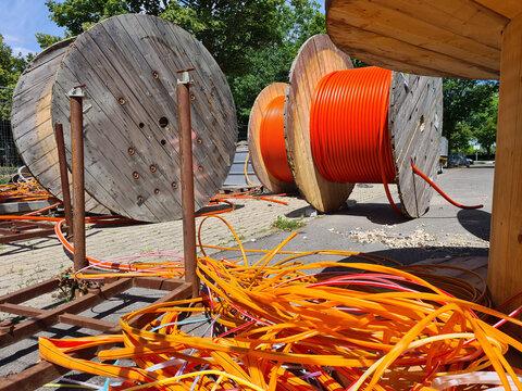 glasfaserkabel auf einer baustelle für netzausbau schnelles internet in der stadt