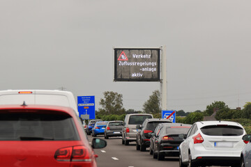 Verkehr Zufluss Regelungsanlage auf der Autobahn in die Stadt