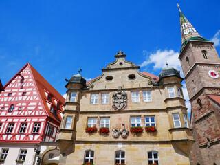 Wolframs-Eschenbach Liebfrauenmünster Kirche Deutschordenschloss Rathaus Fachwerkhaus Franken Mittelfranken Bayern Deutschland Kirchturm glasierte Keramik Ziegel Wappen  farbig Europa Mittelalter 1468