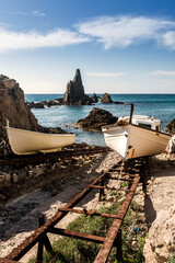 Barcas de pesca en el en viejo embarcadero de la Cala de Las Sirenas en el Parque Natural de Cabo de Gata-Níjar, provincia de Almeria, Andalucía, España
