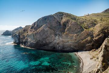 Acantilados y mar de color esmeralda en la Cala de Punta Negra, San José,  Parque Natural de Cabo de Gata-Níjar, provincia de Almería, Andalucía, España