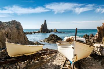 Viejas barcas de pesca en el embarcadero de la Cala de Las Sirenas en el Parque Natural de Cabo de Gata-Níjar, provincia de Almeria, Andalucía, España