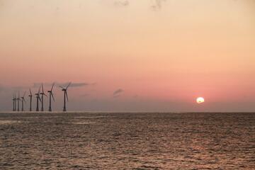 일몰과 저녁 노을이 아름다운 바다 Fotobehang