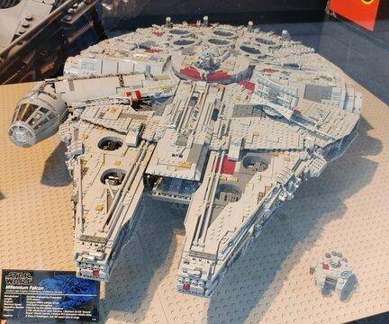 Reproducción del Millennium falcon de Star Wars construido con bloques de lego expuesto en una tienda de juguetes