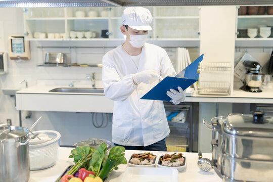 男性調理師 給食センター 厨房