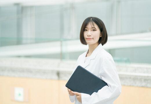 白衣の女性 医療従事者汎用 ノートPC