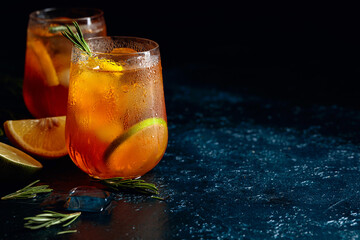Photo sur Plexiglas Pays d Afrique Traditional iced tea with lemon, lime and ice garnished with rosemary twigs.