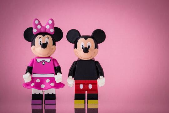 Lippstadt - Deutschland 16. Juli 2020 Lego Figur Minnie Mouse und Mickey Mouse