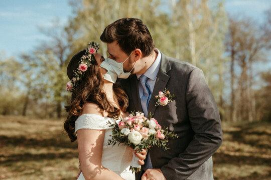Brautpaar mit Mundschutz, Corona Hochzeit