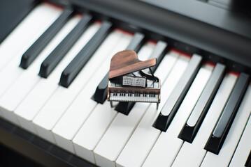 ピアノの鍵盤と小さなグランドピアノの置物