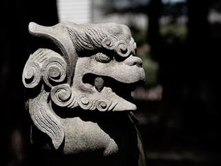 日本の神社の狛犬。クローズアップ写真。