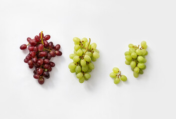 three bunces of red and white grapes
