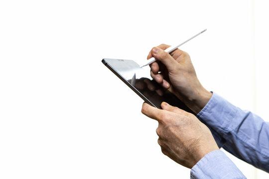 タブレットとスタイラスペンを使う男性