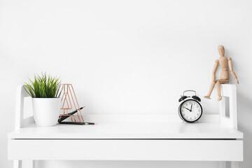 Fotorolgordijn Londen Stylish workplace near white wall