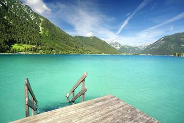 Photo sur Plexiglas Vert corail Treppe zum türkisfarbenen Badesee