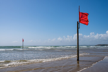 Drapeaux rouge sur une plage