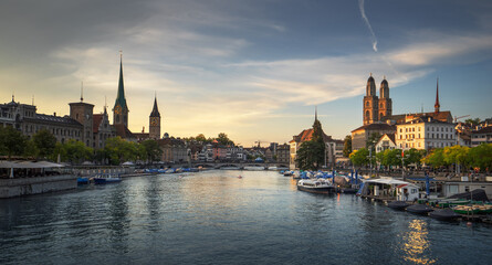 Fototapete - Zurich city center with famous Fraumunster, Grossmunster and St. Peter and river Limmat, Switzerland