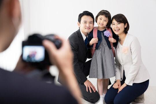 記念撮影をする家族 入学式 卒園式