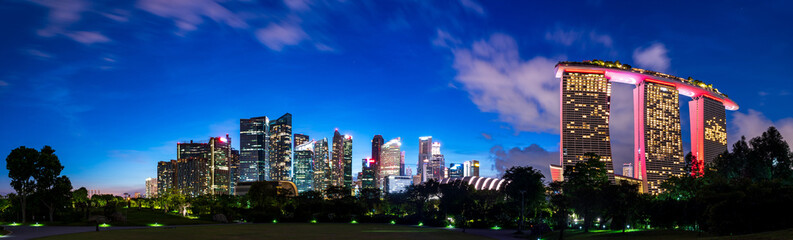 Fotorolgordijn Donkerblauw Wide panorama image of Singapore skyscrapers at magic hour