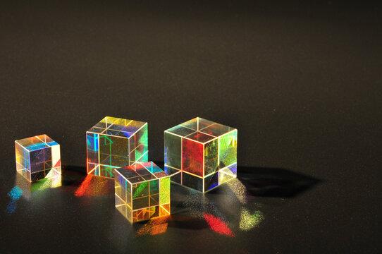 重なるキューブのプリズム