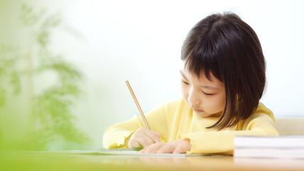 勉強する女の子 学習塾 自宅学習