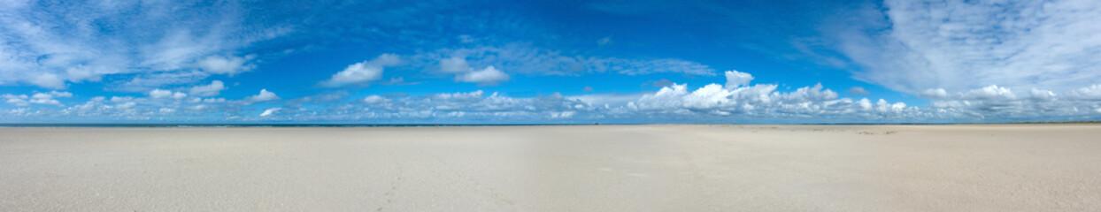 Tuinposter Noord Europa Endlos weiter leerer flacher Nordsee Sandstrand an der Nordspitze der Insel Fanø in Dänemark im Nationalpark Wattenmeer