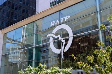 RATP, enseigne et logo de l'entreprise de transport sur la façade de son siège social (Maison de la RATP) à Paris – 12 juillet 2020 (France)