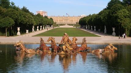 Jardins du château de Versailles, perspective sur l'allée royale (Tapis vert) depuis le bassin d'Apollon, avec la fontaine du char d'Apollon au premier plan (France)