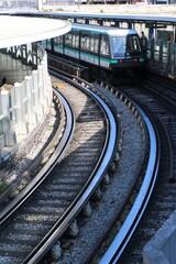 Vue sur des rails et un métro dans une station de métro RATP à Paris – 18 juillet 2020 (France)