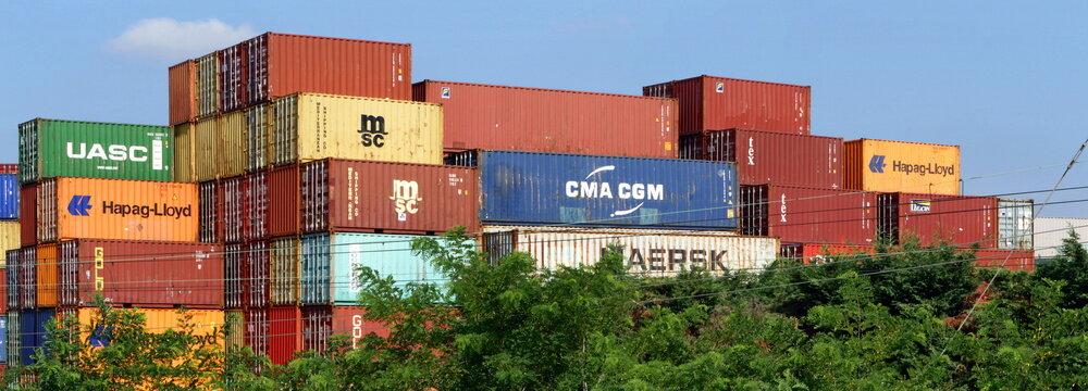 Containers colorati di vari brands