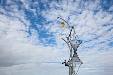 Reuse an einem Mast auf einem Fischerboot unter Wolkenhimmel