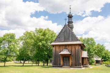 Fototapeta Bardzo stary zabytkowy kościół. Drewniany. Kościół na wsi. obraz
