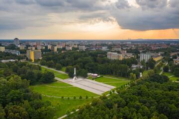 Obraz Tychy - pomnik walki i pracy - żyrafa - krajobraz miasta tychy -park - fototapety do salonu