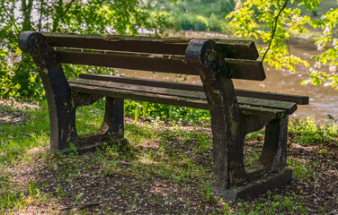 alte rustikale Sitzbank am Fluss