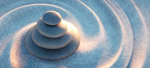 Steinturm mit Sandwellen im Sonnenlicht abends