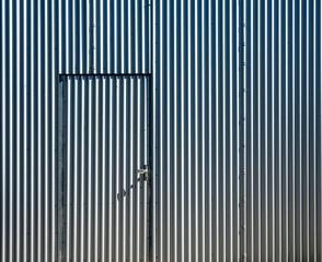 Tür in  Lagerhalle auf einem Werksgelände