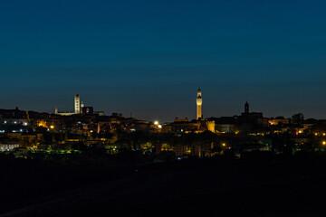 Blick auf die Altstadt von Siena in der Toskana, Italien bei Nacht