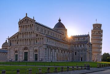 Sonnenaufgang am Piazza dei Miracoli und dem schiefen Turm von Pisa in Pisa in der Toskana, Italien