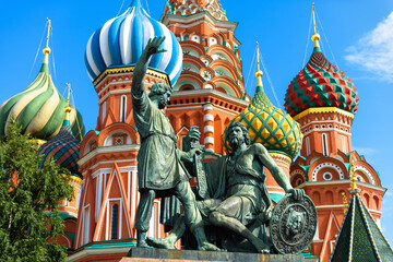 Fototapete - Monument to Minin and Pozharsky by St Basil`s Cathedral in Moscow, Russia